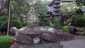 延光寺 梵鐘を背負った石造りの亀