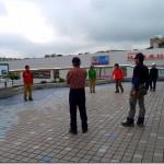 秦野駅前の広場で準備体操