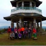 「 権現山」の展望台の前で、集合写真を撮る。