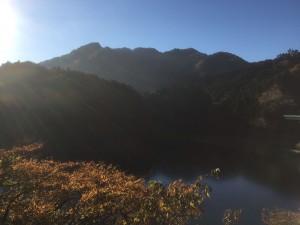 宮ケ瀬湖の向こうにゴジラの背が見える