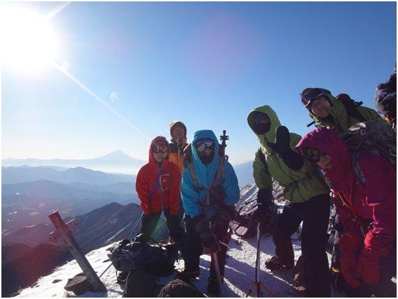富士山をバックに(三叉峰にて)