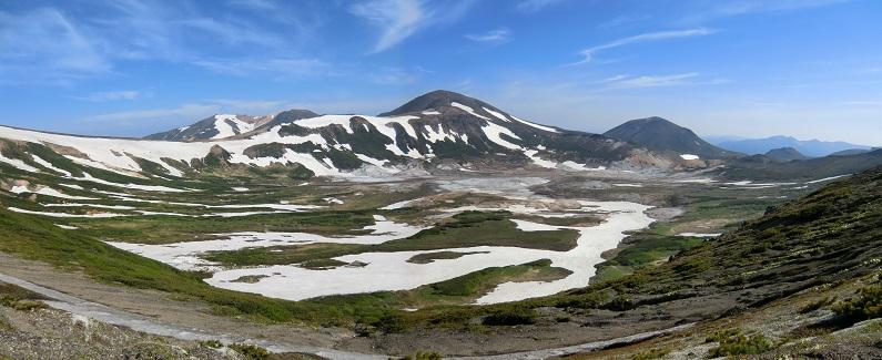 北海岳頂上から見た御鉢平と山々