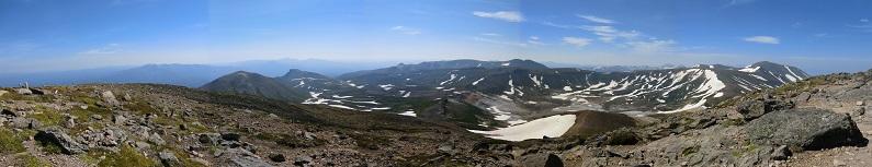 北鎮岳頂上から見た御鉢平と山々