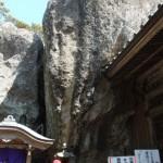 岩にくいこむお堂