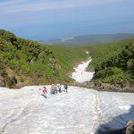 CIMG2418_大沢の雪渓を登るメンバー_最上部
