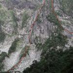 一の倉沢出合より衝立岩を臨む 赤線登攀ルート