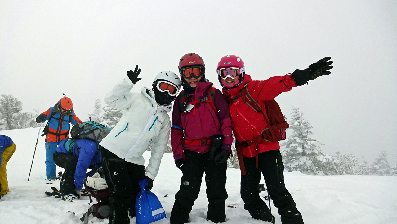 前嶽山頂でパワフルな女性3人