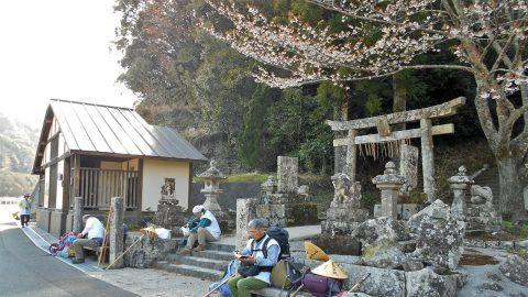 神社の鳥居前で休憩