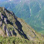 ⑭烏帽子岩から国境稜線に続く長い岩尾根
