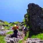 ⑪草付き交じりの岩を登り烏帽子岩上へ