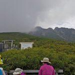 女人堂から御嶽山を見上げる