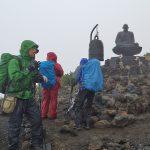 黒沢口登山道の鐘と像