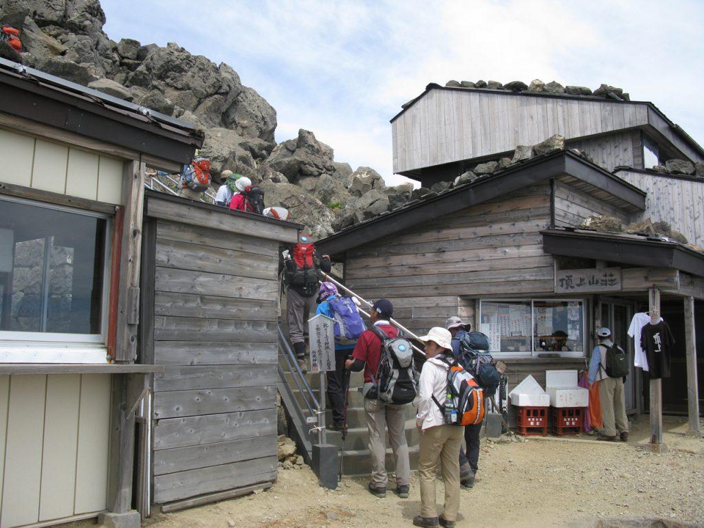 山頂直下の頂上山荘と石段