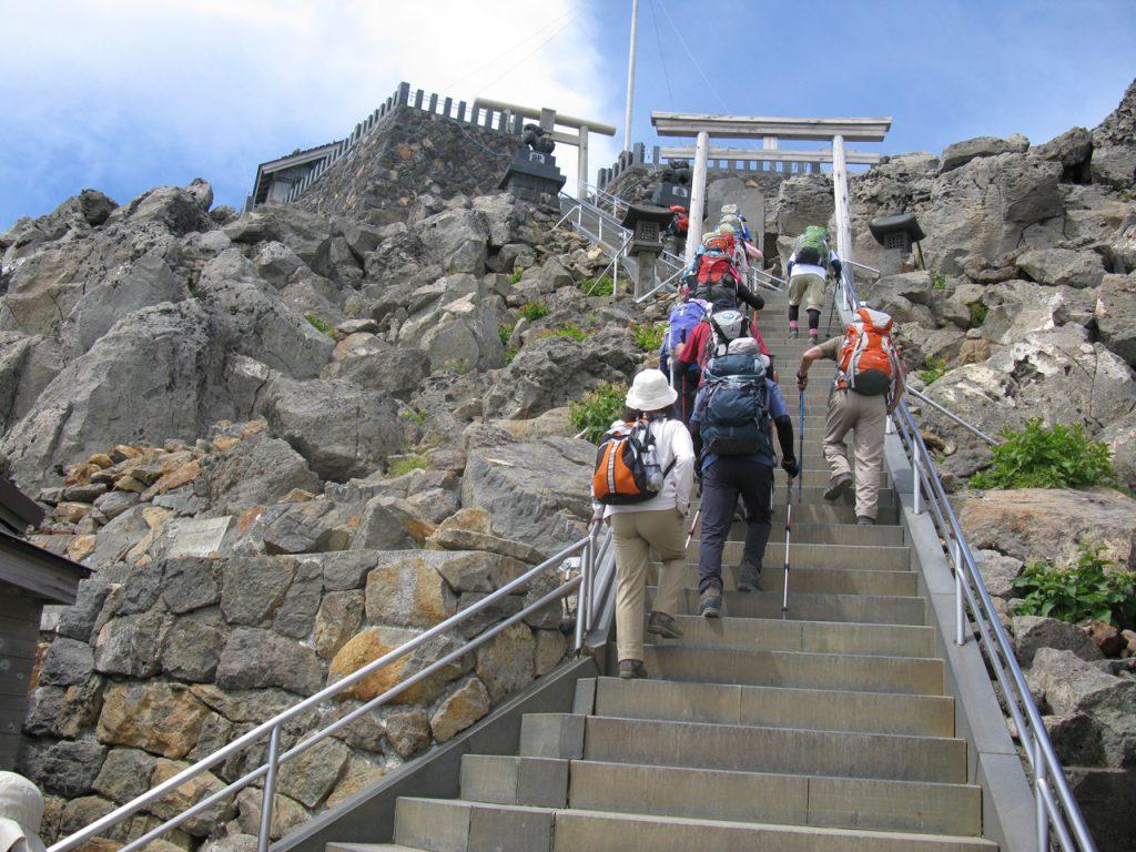 頂上への石段を登る