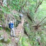 東赤石山の登山道の桟橋を通るメンバー